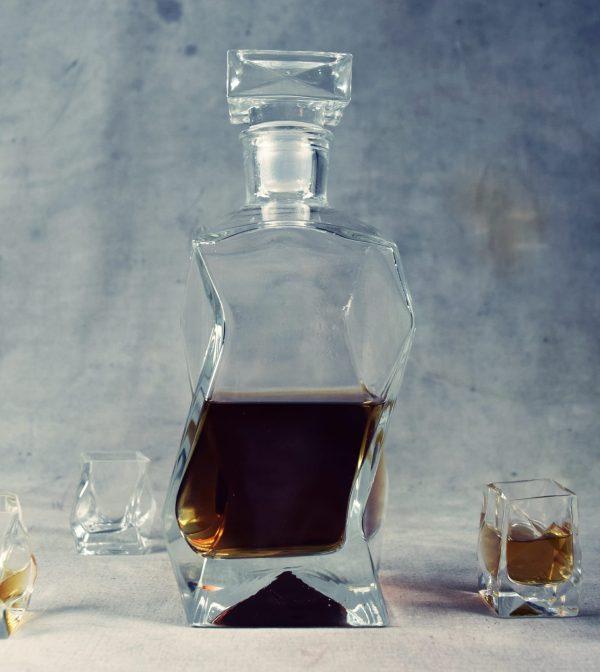 karafka szklana na whisky lamana z korkiem